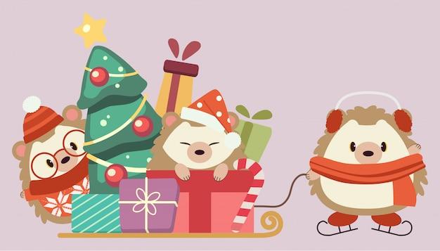 Il personaggio di riccio carino con pila di confezione regalo e albero di natale sulla slitta.