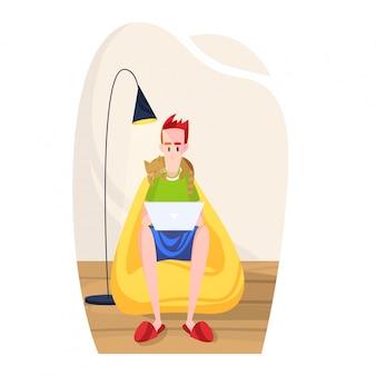 Il programmatore delle free lance del personaggio maschile lavora a casa, uomo che si siede con la sedia della borsa molle del gatto isolata su bianco, illustrazione del fumetto.
