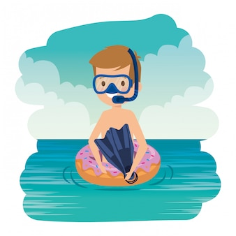 Il ragazzino sveglio con la ciambella galleggia e fa snorkeling nel mare