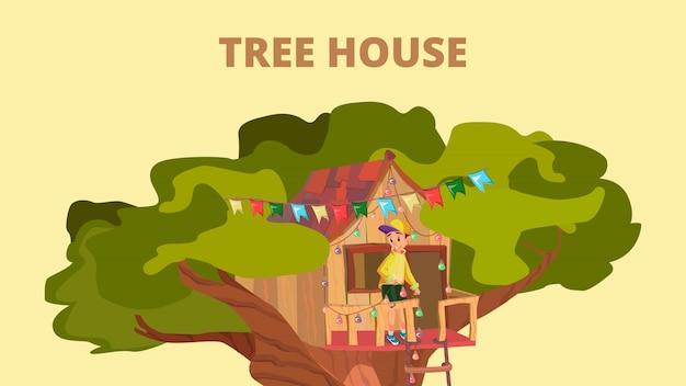 Il ragazzo del fumetto gioca il gioco in capanna sugli'alberi sull'albero del giardino