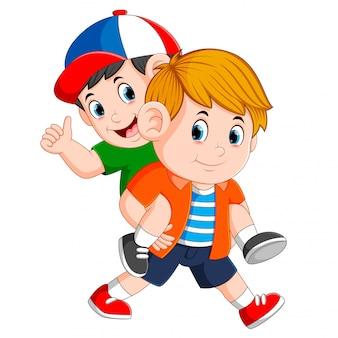 Il ragazzo forte sta portando il suo amico sulla schiena