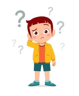 Il ragazzo sveglio del bambino pensa con il punto interrogativo
