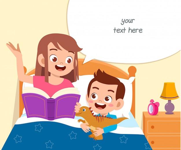 Il ragazzo sveglio felice del bambino ascolta la storia dalla mamma