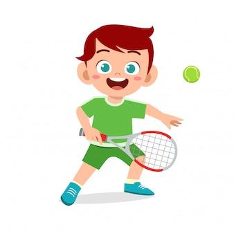 Il ragazzo sveglio felice gioca a tennis del treno