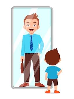 Il ragazzo sveglio felice sta davanti allo specchio