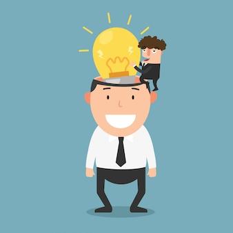Il riuscito uomo d'affari dà a un altro uomo d'affari una nuova illustrazione della lampadina di idea.