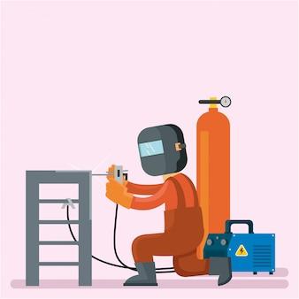 Il saldatore sta riparando le scale e usa il casco protettivo