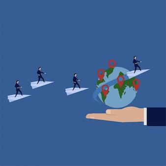 Il supporto dell'uomo d'affari sopra l'aereo intorno alla metafora del globo di va internazionale.