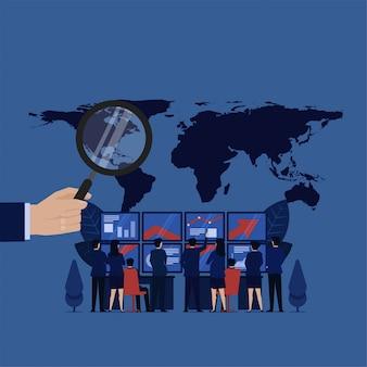 Il team aziendale analizza il profitto finanziario attorno al profitto globale mondiale.