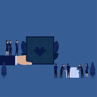 Il team aziendale crea l'ultimo pezzo del puzzle per completare l'intera metafora del puzzle della soluzione make.