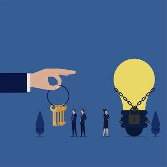 Il team business flat sceglie la chiave giusta per aprire la metafora concatenata dell'idea creativa.