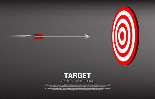Il tiro con l'arco della freccia si sposta direttamente per colpire il centro del bersaglio