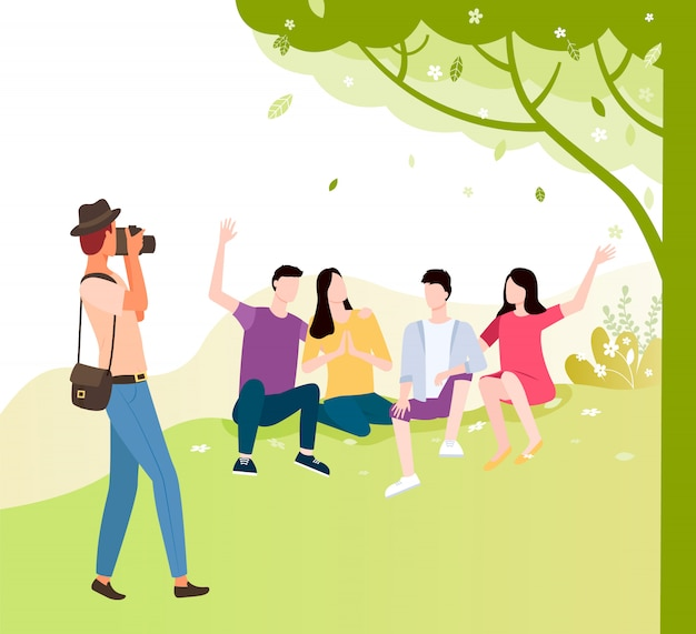 Il turista fa insieme la foto degli amici sotto l'albero