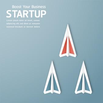 Illustrazione con start up concetto in carta tagliata, artigianato e stile origami. il razzo sta volando su cielo blu.