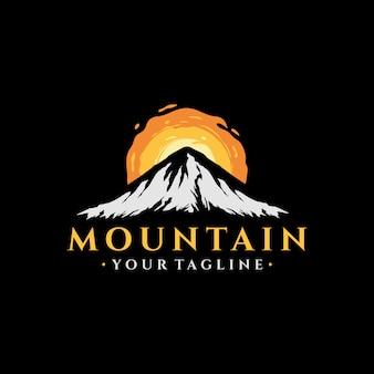 Illustrazione d'annata di progettazione di logo della montagna