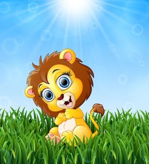 Illustrazione del leone del bambino del fumetto che si siede nell'erba su un fondo di unione sovietica luminosa
