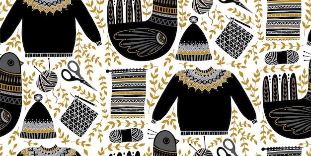 Illustrazione del modello senza cuciture di arte popolare con gli uccelli e un insieme degli strumenti per tricottare e lavorare all'uncinetto. composizione scandinava disegnata a mano. filati, forbici, maglione, cappello.