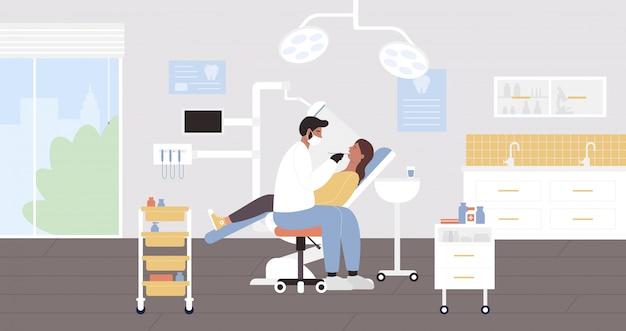Illustrazione dell'esame dell'ospedale del dentista. strumento di tenuta piatto del carattere di medico della donna del fumetto, paziente d'esame dell'uomo nell'interno medico della stanza dell'ufficio. sanità dentale del dente, fondo di odontoiatria