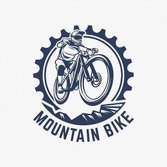 Illustrazione dell'ingranaggio e del ciclista del modello di logo d'annata del mountain bike