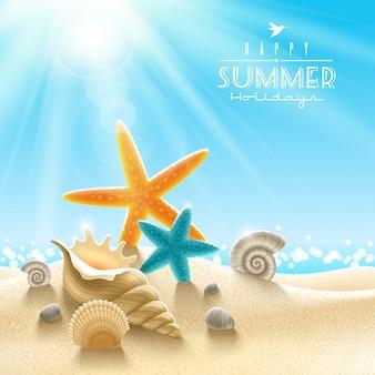 Illustrazione di vacanze estive - molluschi marini su una sabbia della spiaggia contro una vista sul mare soleggiata