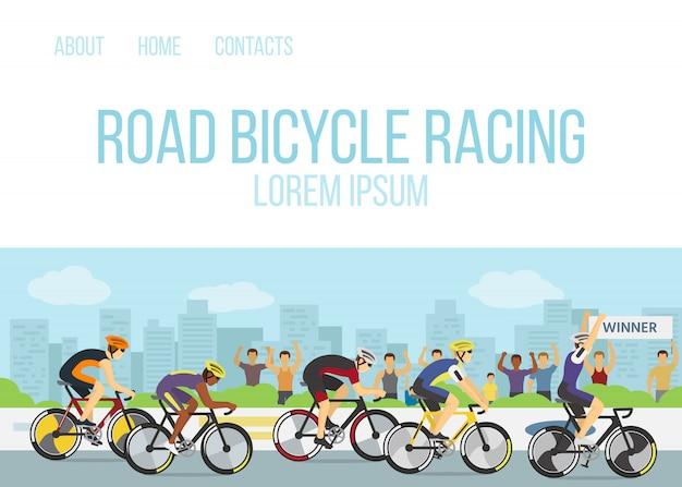 Illustrazione di vettore del modello web del fumetto della competizione sportiva di corsa di bicicletta della strada. gruppo di ciclisti o ciclisti in uniforme e caschi al traguardo e un vincitore con la mano in alto in bicicletta.