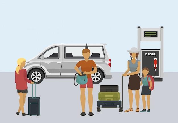 Illustrazione di viaggio con la famiglia. padre, madre e figlia che stanno con le valigie che si trovano in carrello dei bagagli davanti alla stazione di servizio di riempimento diesel e all'automobile del furgoncino.