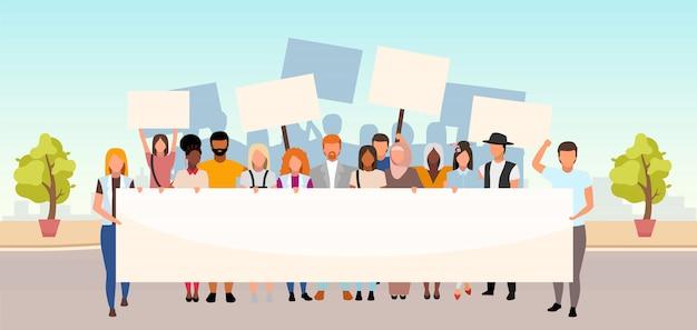 Illustrazione piatta di protesta di strada. unità nella diversità. movimento sociale, dimostrazione. attivisti multiculturali, manifestanti con striscioni vuoti personaggi dei cartoni animati. evento di protezione dei diritti umani