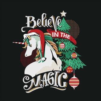 Illustrazione unicorno-santa sveglia sull'albero di natale