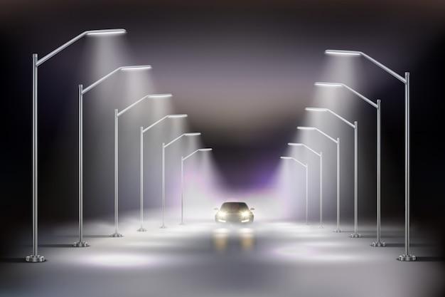 Iluminazioni pubbliche realistiche in composizione nella nebbia con l'automobile alla luce dell'illustrazione delle lampade di via di notte