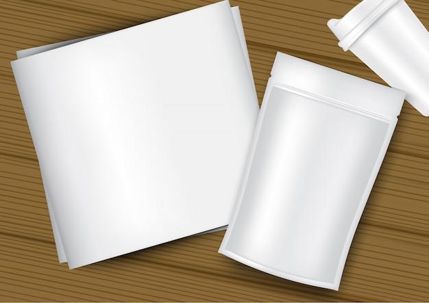 Imballaggio realistico della bustina della borsa, tazza di plastica, libro bianco e fondo di legno