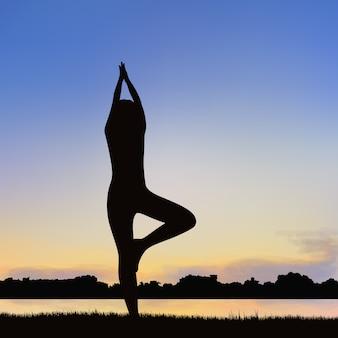 Immagine della siluetta della signora nella posizione di yoga.