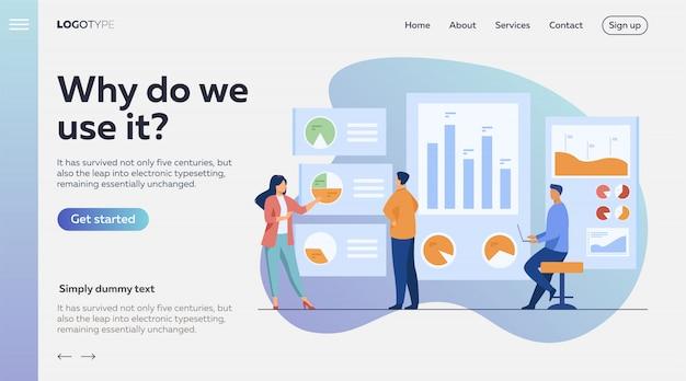 Impiegati che analizzano e ricercano dati aziendali