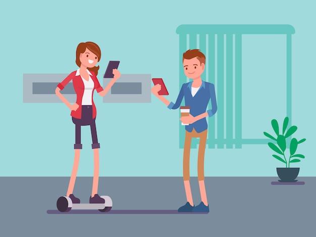 Impiegati di sesso femminile che utilizzano una chat hoverboard