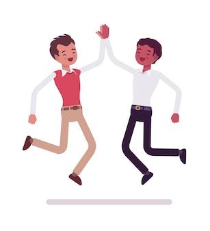 Impiegati maschi che danno il salto in alto cinque