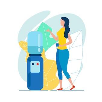 Impiegato della donna con la tazza in mano vicino al dispositivo di raffreddamento