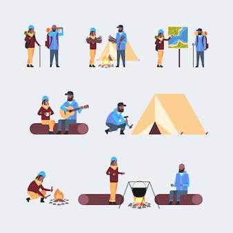 Impostare i turisti escursionisti con zaini uomo donna escursionismo concetto coppie diverse durante il viaggio di campeggio raccolta viaggiatori su escursione a figura intera