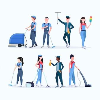 Impostare il concetto di servizio di pulizia della squadra di bidelli uomini donne mescolano i pulitori di razza in uniforme che lavorano insieme a una collezione di personaggi diversi a figura intera piatta di attrezzature professionali