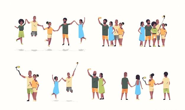 Impostare il gruppo di persone utilizzando selfie stick uomini donne scattare foto su smartphone fotocamera amici divertirsi raccolta di personaggi dei cartoni animati a figura intera sfondo bianco orizzontale