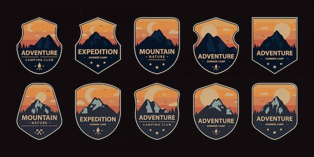 Impostare il logo emblema distintivo campeggio all'aperto. illustrazione vettoriale