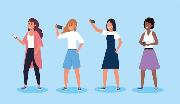 Impostare le donne amiche con l'acconciatura e la tecnologia smartphone