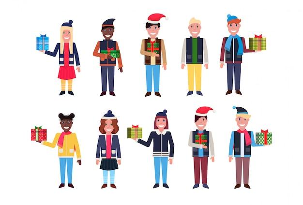 Impostare uomini donne in piedi insieme felice anno nuovo buon natale maschio femmina personaggio dei cartoni animati piena lunghezza raccolta isolato