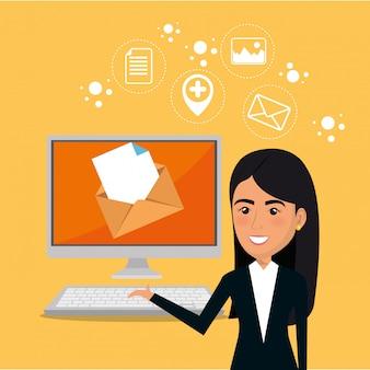 Imprenditrice con icone di marketing e-mail