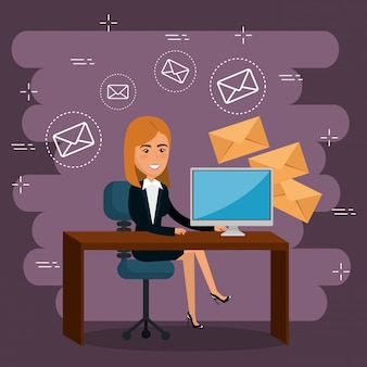 Imprenditrice in ufficio con icone di marketing e-mail