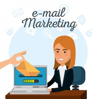 Imprenditrice in ufficio con icone di marketing e-mail