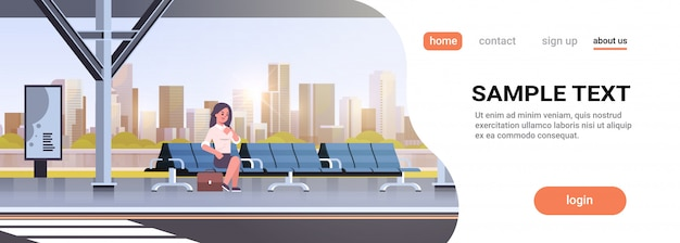 Imprenditrice seduta moderna fermata dell'autobus donna d'affari con la valigia in attesa di trasporto pubblico sul paesaggio urbano della stazione dell'aeroporto