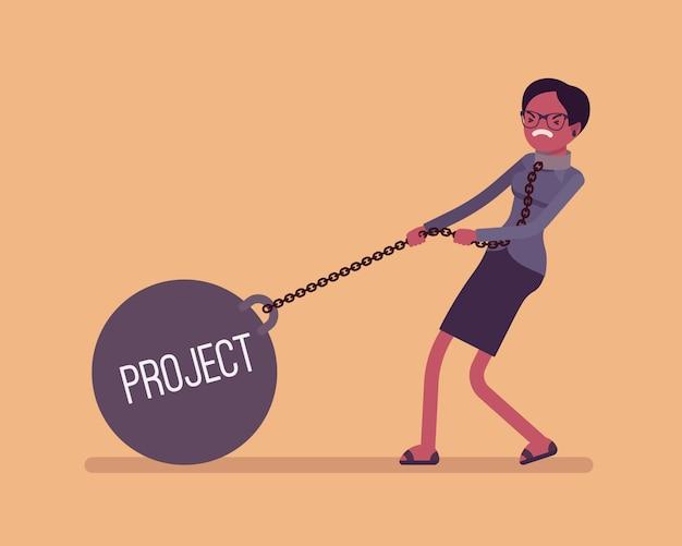 Imprenditrice trascinando un peso progetto sulla catena