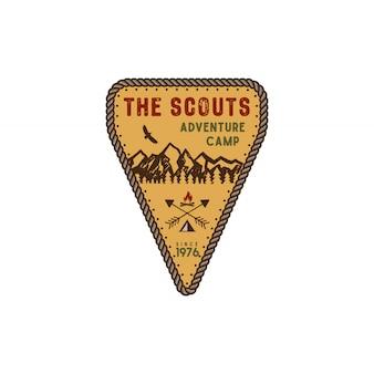 In viaggio, distintivo esterno. emblema del campo avventura scout. disegno disegnato a mano d'epoca. tavolozza dei colori retrò.