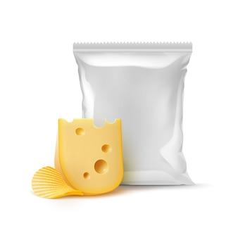 Increspatura di patate patatine croccanti con formaggio e sigillato verticale vuoto sacchetto di lamina di plastica per il design del pacchetto close up isolato