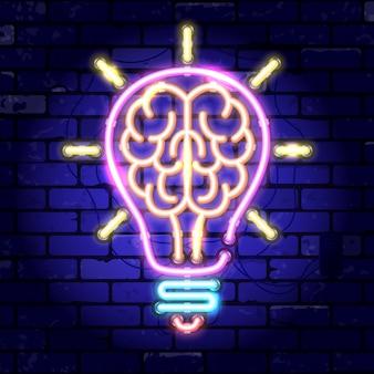 Insegna al neon cervello nella lampadina. idea di concetto, innovazione. insegna luminosa di notte sul segno del muro di mattoni. icona al neon realistica