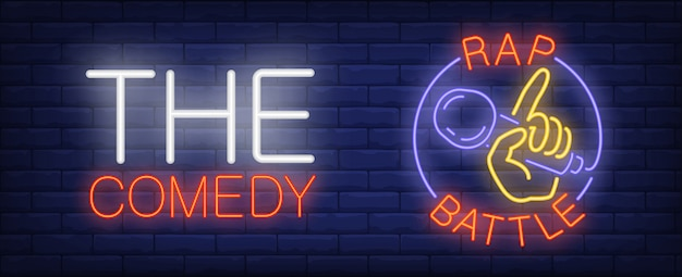 Insegna al neon commedia rap battaglia. mano con microfono in cerchio sul muro di mattoni.